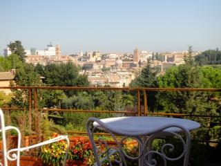 Attico panoramico su rovine romane 2 letti 4 posti, Rome