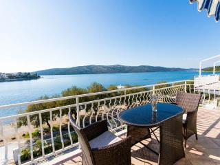 -ONE BEDROOM WATERFRONT APARTMENT 8KM FROM AIRPORT, Trogir