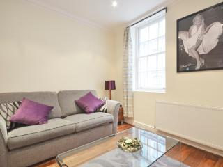 A spacious 2 bedroom apartment by Embankment Pier, Londres