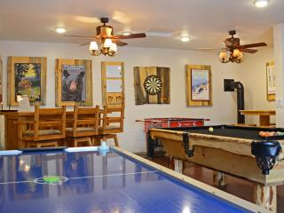 Remodeled cabin with amazing game room & hot tub