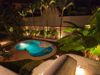 Chic 4 bedroom with pool, 3 minutes to the beach., Sayulita