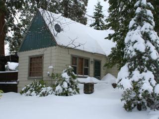 Charming Vintage Arrowhead Cabin Close to Lake, Lake Arrowhead