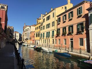 Cà Marin- large apartment facing an amazing canal, Venice