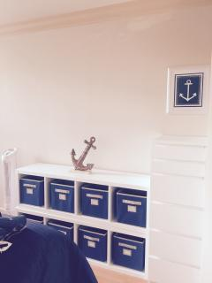 Drawer cabinet and toy cabinet