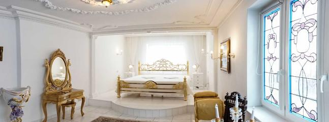 Königliches Schlafzimmer Nr. 1 mit echt hartvergoldeten Betten 200 cm x 200 cm