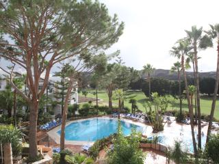 Luxury 2 Bedroom, 2 Bathroom Apt. bordering Golf Corse. Free Fibre Optic Wi-Fi.