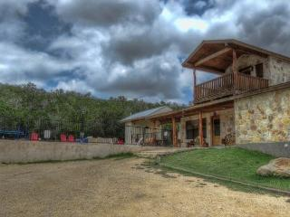 Frio River - Canyon Oaks Subdivision - LOMA BELLA home with pool in Concan!
