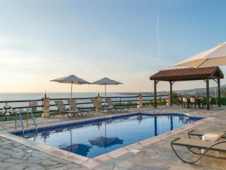 Panoramic coral bay views,stunning sunsets,jacuzzi