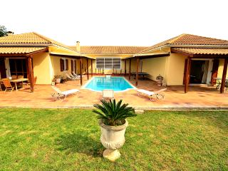 Olive Hill 4-Bedroom  Mansion - Private Pool, Lagopodo