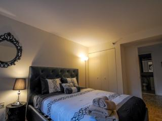 Chic and Modern 2 Bedroom Apartment in New York - Sleeps 5, Long Island City