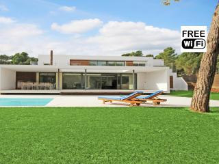 Exclusive villa 100m. from the beaches of Empurias