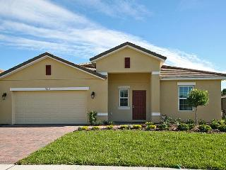 Upscale 5 BR 4 BA Pool Home w/Game Room Near Parks, Kissimmee
