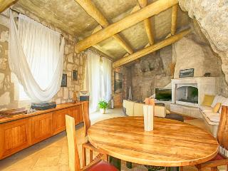 Historic Provence Villa Near Les Baux - Villa de la Grotte, Les Baux de Provence