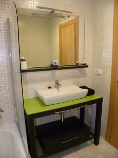 Baño completo con bañera y acabados de alta calidad.