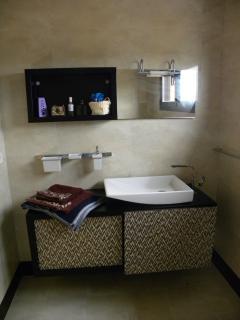 Baño completo con ducha de hidromasaje incluido en el dormitorio principal.