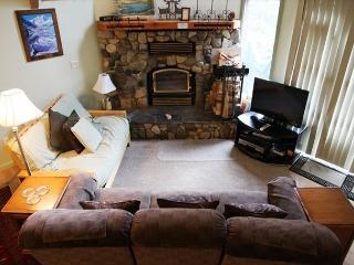 2 Bedroom + Loft/2 Bath, Walk to Village at Mammoth, Sleeps 8, Mammoth Lakes