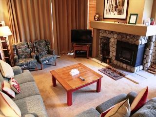 Spacious 3 Bed/3.5 Bath Townhome, Walk to Gym and Golf + Internet, Mammoth Lakes
