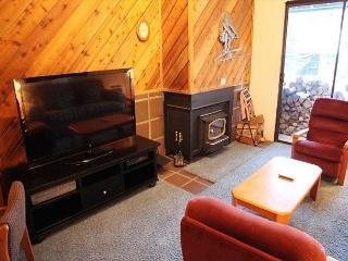 2 Bedroom + Loft, 3 Bath Condo, Near Village/Canyon Lodge, Sleeps 8!, Mammoth Lakes