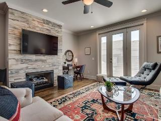 3BR Condo with Rooftop Deck & Downtown Nashville Views