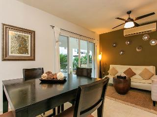 2 Bedroom + WIFI + Great Pool + Close to 5th Avenue + Near Beach + 5 people, Playa del Carmen