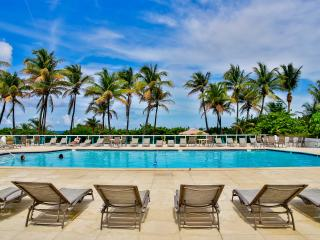 Deluxe 1BR Suite for 4, Oceanfront building with pool in Miami Beach