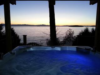 Beachside Ocean Vista Suite, HotTub, Private Beach, Sechelt