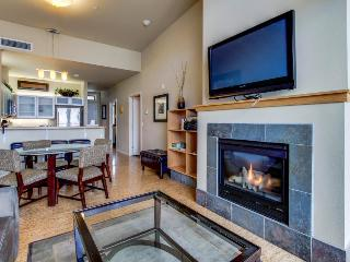 Condo with views near Lakeshore Park - shared pool & hot tub, Chelan