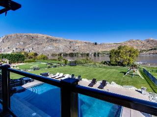 Lakefront home with private pool, hot tub, wet bar, and amazing views!, Orondo