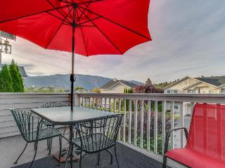 Casual getaway w/shared pool two blocks from Lake Chelan!