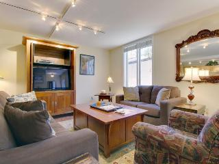 Condo w/shared hot tub, only walking distance to ski slopes!, Aspen