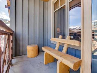 Modern rustic condo w/shared hot tub close to slopes!, Copper Mountain