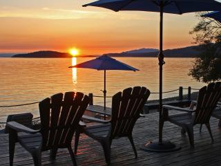 Island Vista Cottage: beach, hot tub, sunsets!, Sechelt