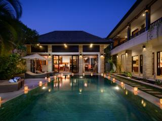 VILLA AMMAN - 300m FROM SEMINYAK SQUARE, 24 SECURITY, DAILY BREAKFAST, Legian