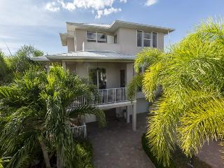 Upscale, Brand New Island Retreat surrounded by lush tropical gardens with Private Heated Pool - Code: Island Pearl, Fort Myers Beach