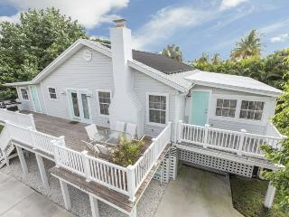 Beautiful newly renovated cottage with great Beach Decor - Seaside Cottage, Fort Myers Beach