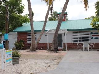 Adorable Pet Friendly 2 BR Updated Island Cottage with screened lanai and brand new pool - Code: Island Time, Fort Myers Beach