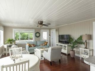 Beautifully Decorated Beach Cottage just south of the Pier - Walk to everything