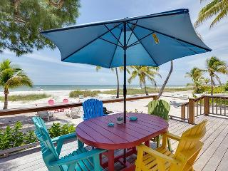 Beachfront Getaway with fabulous Deck and new Kitchen - Code: Sea Mist, Fort Myers Beach