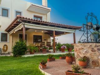 Spacious Elegant Villa only 250m from the sea!, Ialyssos