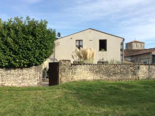 Maison charentaise rénovée, Neuvicq le Château