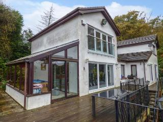 BELMONT LAKESIDE, villa with lake views, beach, gardens, WiFi, Rudyard Ref, Rushton Spencer