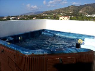 Penthouse - Jacuzzi -Roof Terrace -Sea Views -Pool, Argaka