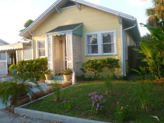 12W- 2 bed redone Beach hse Hdwd flrs bikes & WiFi, St. Pete Beach
