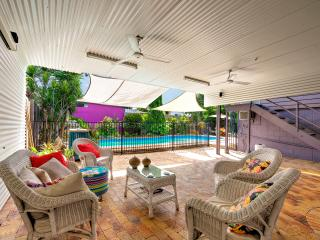 Spacious-quiet-comfortable-Queenslander. Superfast WIFI-Pool-4km to city.