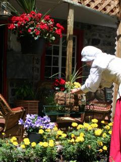 Prenez une pause et détendez vous sur notre terrasse ou dans le jardin....