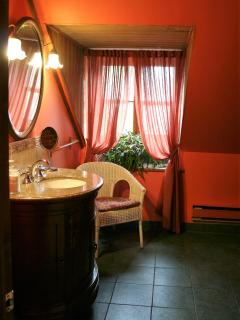 Salle de bain partagée entre Nuage et Magenta (bain sur pattes)