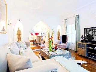 Upscale Flat in Los Angeles ~ RA48555