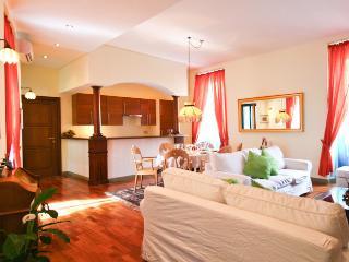 salone con aria condizionata zona tv divani sala pranzo cucina lavastoviglie frigo e congelatore