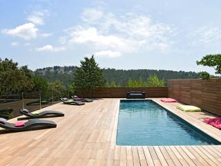 Luxury contemporary house for 8 people max, with heated pool 5 mns from Cassis
