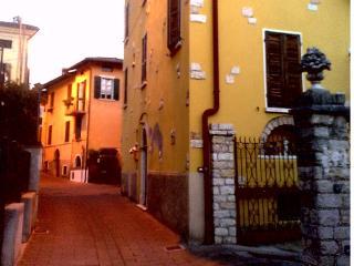 trilocale in pieno centro storico con posto auto, Toscolano-Maderno